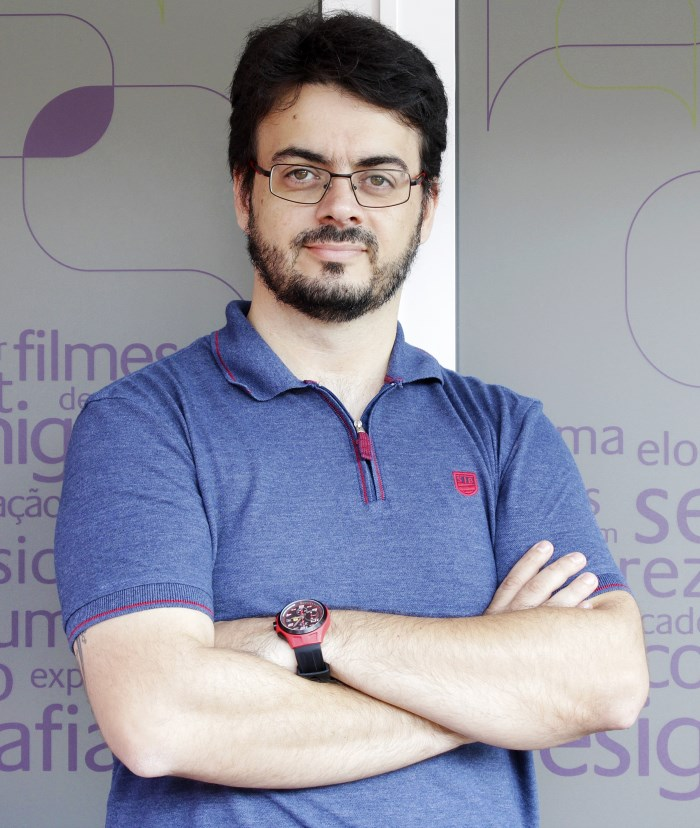 Carlos Zardo Jr. é diretor da +Packing Design, desenvolvendo projetos de marketing, branding, design e inovação para empresas e marcas de todos os portes. Pós-graduado em Gestão Estratégica de Embalagem-ESPM, Administração da Comunicação Social: Marketing e Propaganda FECAP/SP, graduado em Administração de Empresas com ênfase em Comercio Exterior USJT/SP. Coordenador do Comitê de Design da Associação Brasileira de Embalagem no biênio 2010-2011. Professor do Centro Universitário Belas Artes, Fundação Getúlio Vargas, Instituto de Tecnologia Mauá e Faculdades Santa Marcelina, tendo lecionado ainda na ESPM, Anhembi-Morumbi e Istituto Europeo di Design. Jurado em diversos prêmios e competições.