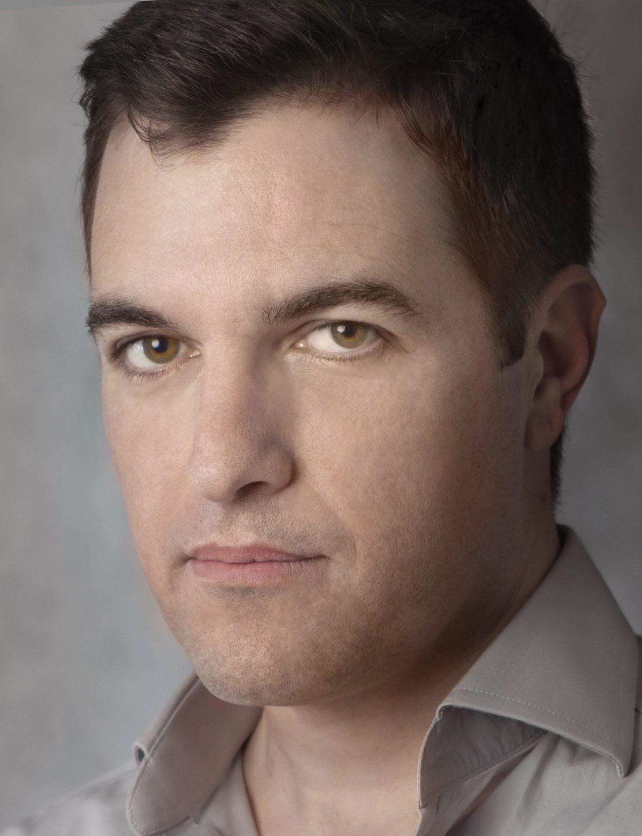 Daniel Fernando Manoel é designer gráfico formado pela UNESP, iniciou sua carreira em 2006. Atuou em agência de comunicação, departamento de marketing e escritório de design.  É sócio proprietário da DZ Design, agência que gera soluções para as áreas de embalagem, ponto de venda, identidade visual e comunicação