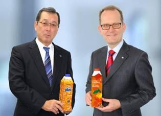 Kouichi Hashimoto, Executivo Senior da DNP (esquerda) e Markus Boehm, Chefe de Mercado da SIG Combibloc