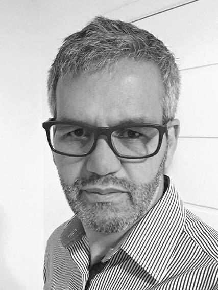 * Rogério Oliveira é antes de tudo um curioso por embalagem e também designer com mais de vinte anos de experiência em design e desenvolvimento de embalagens para perfumes e cosméticos. É editor do blog Packbyday: packbyday.blogspot.com