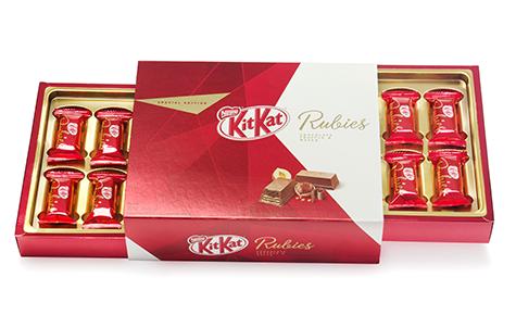 Kit Kat Rubies Convertedor: 43 S/A Gráfica e Editora / Suzano Papel e Celulose / Siegwerk / Heliocolor / Printcor / Terphane Brand owner: Nestlé