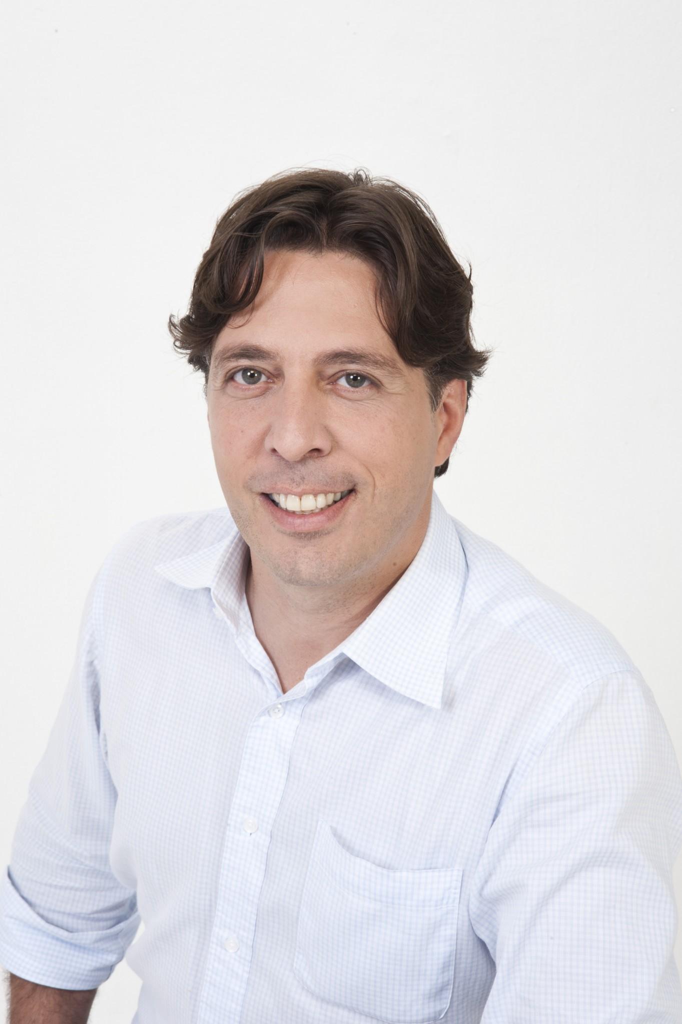 Marcos Palhares é diretor da revista EmbalagemMarca. Formado em Administração pela FGV e pós-graduado em Gestão Estratégica de Embalagem pela ESPM, é mestre em Administração pela FEA/USP e MSc em Pesquisa de Administração pela Universidade de Oxford (Inglaterra). É professor do Istituto Europeo di Design.
