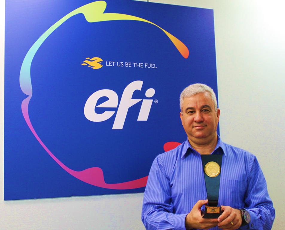 Ernande Ramos, diretor de vendas para América Latina da EFI, exibe o prêmio Fornecedor Premium em Conversão Digital
