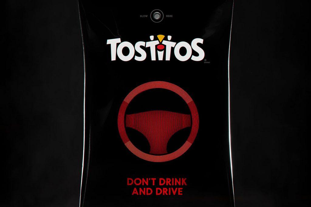 A Tostitos lançou uma embalagem promocional nos Estados Unidos para o Super Bowl que funcionava como um bafômetro. Caso detectasse o álcool, ela automaticamente pedia um Uber para o usuário