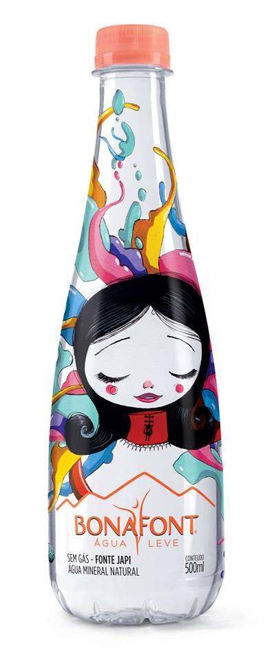 Vermelho Steam é um artista visual que produz grafites, murais e esculturas inspirados no teatro de bonecos do leste europeu, expressionismo alemão, cinema de animação e HQs. Para sua garrafa de Bonafont, a inspiração foi a leveza, apresentando uma menina sonhadora.